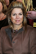 Prinses Máxima neemt het fotoboek Een wereld zonder baarmoederhalskanker in ontvangst tijdens de presentatie in het Leids Universitair Medisch Centrum.<br />