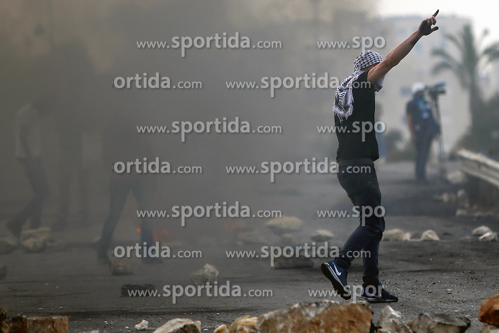 19.10.2015, Ramallah, PSE, Nahostkonflikt zwischen Israel und Pal&auml;stina, im Bild Zusammenst&ouml;sse zwischen Pal&auml;stinensischen Demonstranten und Israelischen Sicherheitskr&auml;fte // Masked Palestinian protesters clash with Israeli borderguards next to the Jewish settlement of Beit El. More than two weeks of unrest have raised warnings of the risk of a full-scale Palestinian uprising, while some Israeli politicians have urged residents to arm themselves to fend off the threat of stabbings and gun assaults, Palestine on 2015/10/19. EXPA Pictures &copy; 2015, PhotoCredit: EXPA/ APAimages/ Shadi Hatem<br /> <br /> *****ATTENTION - for AUT, GER, SUI, ITA, POL, CRO, SRB only*****