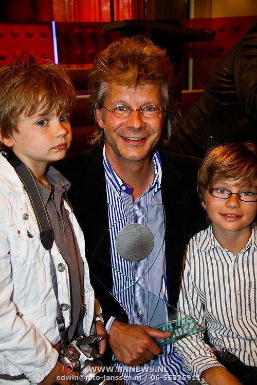 NLD/Amsterdam/20100527 - Uitreiking Zilveren Nipkowschijf 2010 , Hans Hoffmans en zonen bekijken de Zilver Reissmicrofoon