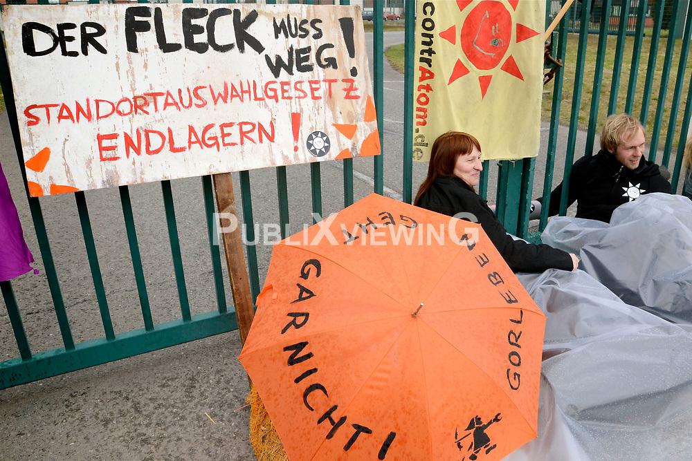 W&auml;hrend in Berlin ein Spitzengespr&auml;ch zum Endlagersuchgesetz stattfand, blockierten 20 AktivistInnen von contrAtom und der KURVE Wustrow &ndash; Bildungs- und Begegnungsst&auml;tte f&uuml;r gewaltfreie Aktion - alle sechs Zufahrtstore zum Erkundungsberkwerk in Gorleben. <br />  <br /> <br /> Ort: Gorleben<br /> Copyright: Kina Becker<br /> Quelle: PubliXvewinG