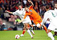 17-10-2007: Voetbal: Nederland-Slovenie: Eindhoven<br /> Arjan Robben gaat over de knie bij Bostjan Cesar<br /> Foto: Geert van Erven