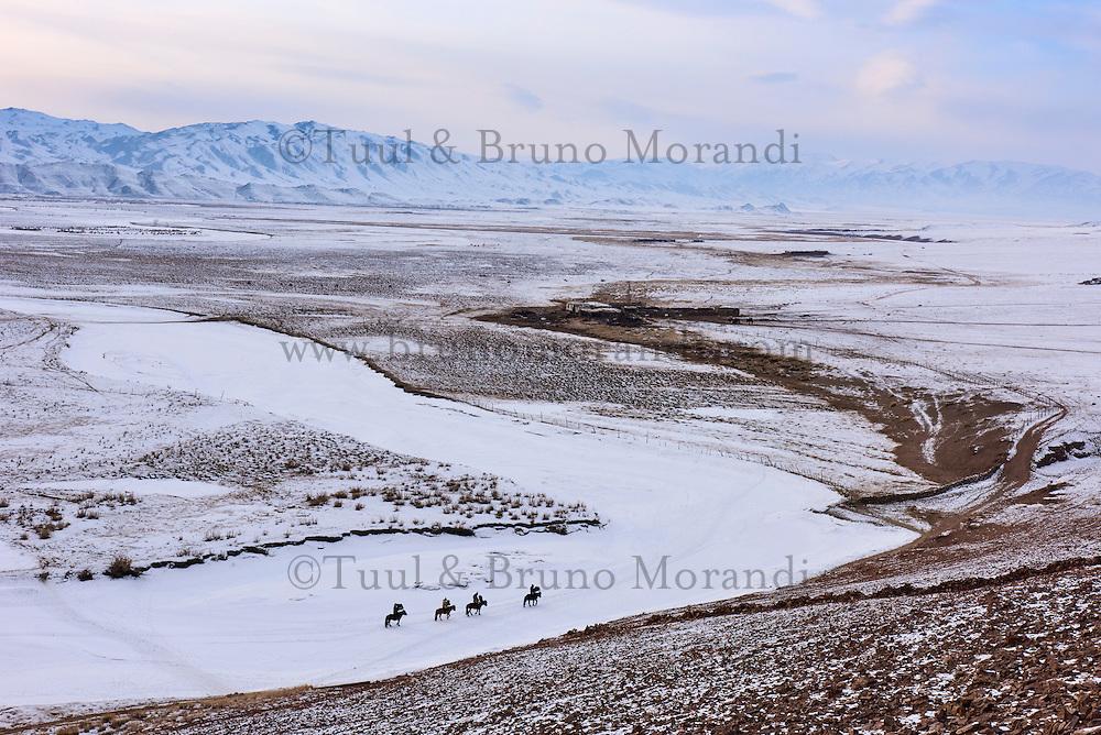 Mongolie, province de Bayan-Olgii, chasseurs à l'aigle Kazakh sur la rivière gelée Khovd dans l'Altai // Mongolia, Bayan-Olgii province, Kazakh eagle hunter on the frozen river of Hovd in Altai