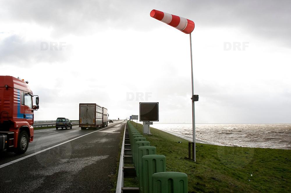 Nederland Flevoland 12 maart 2008 20080312 .Vrachtverkeer richting Ketelbrug A6/ bij het Ijsselmeer tijdens storm ..Vooral vrachtwagens hadden woensdag last van de storm die over Nederland raasde. Aan het begin van de middag kantelden op diverse plaatsen vrachtwagens. Dat meldde het ministerie van Verkeer en Waterstaat. Voor zover bekend zijn er geen mensen bij omgekomen.Het vrachtverkeer kreeg woensdagochtend al het advies de Moerdijkbrug, Van Brienenoordbrug en de Haringvlietbrug te mijden...Het KNMI heeft het weeralarm, vanmorgen afgegeven voor zeer zware windstoten, rond 14.15 uur weer ingetrokken. Vooral het vrachtverkeer en de luchtvaart bleken uiteindelijk last te hebben van de storm die tussen 10.00 uur en 14.00 uur op zijn hevigst was...Foto David Rozing