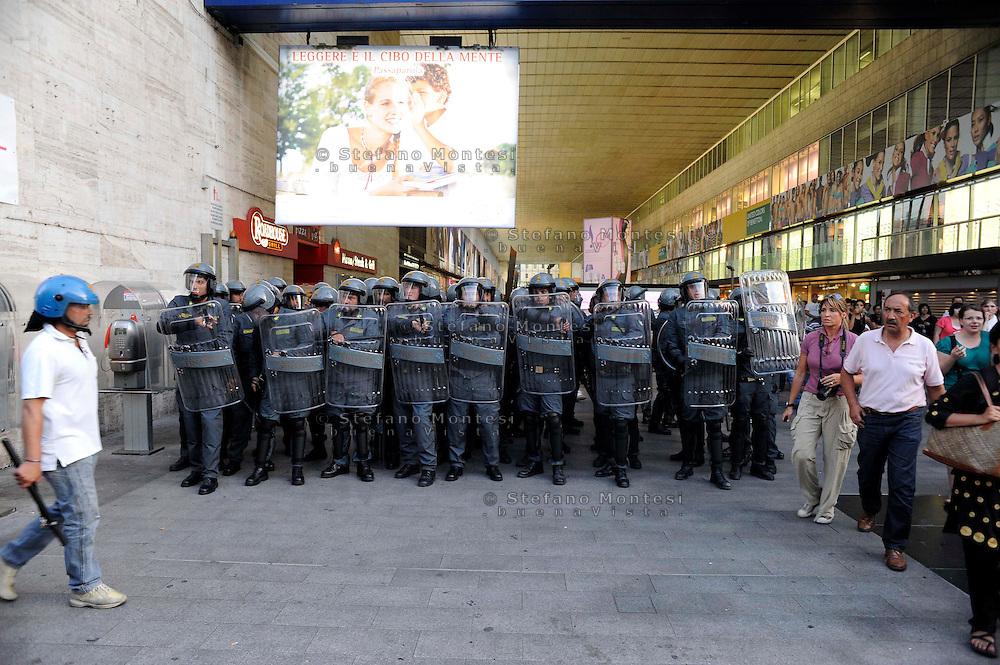 Roma 7 Luglio 2009.Manifestanti bloccano i binari della Stazione Termini per protestare contro il G8.L'intervento della Polizia.Protesters blocking the tracks of the Termini Station to protest against G8.The intervention of the police.