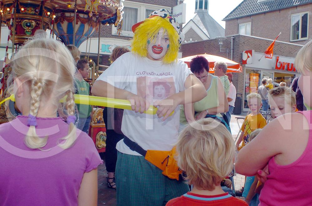 060819,hardenberg,nederland,<br /> clowntjesdag, clown blaast balonnen op,<br /> fotografiefrankuijlenbroek&copy;2006sanderuijlenbroek