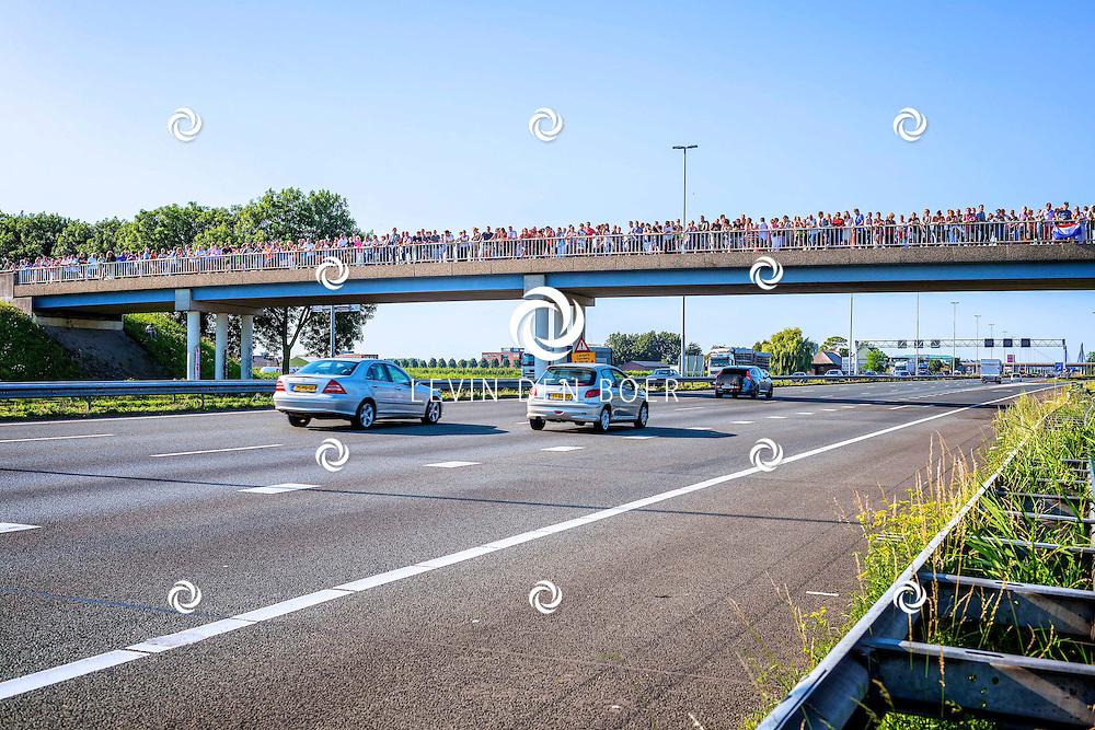 ZALTBOMMEL - De colonne van lijkwagens rijdt vanuit Eindhoven Airport over de A2 richting Hilversum. De 40 wagens vervoeren de lichamen van slachtoffers die omkwamen toen de Boeing van Malaysia Airlines neerstortte in Oost-Oekraine. FOTO ARIE MASTENBROEK - PERSFOTO.NU
