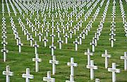 Frankrijk, La targette, 12-5-2013In het gehucht La Targette bij Neuville-Saint-Vaast ligt een Franse dodenakker met duizenden graven. Op 9 mei 1915 begint het Franse leger een groot offensief tegen de Duitse stellingen in de heuvels van de Artois. De inname van Neuville is een hoofddoel, om daarna de heuvelrug van Vimy weer in handen te krijgen. De Duitsers beschermen het dorp echter met vier verdedigingslinies. Het slagveld van de Somme bevindt zich ruwweg in de driehoek gevormd door de Franse steden Albert, Bapaume en Péronne. In dit gebied zijn heden ten dage vele herinneringen aan de slag te vinden. Naast vele goed onderhouden begraafplaatsen, met herinneringen aan honderdduizenden soldaten van alle betrokken nationaliteiten, zijn er monumenten en musea. Op 9 mei 1915 begint het Franse leger een groot offensief tegen de Duitse stellingen in de heuvels van de Artois. De inname van Neuville is een hoofddoel, om daarna de heuvelrug van Vimy weer in handen te krijgen. De Duitsers beschermen het dorp echter met vier verdedigingslinies. Foto: Flip Franssen/Hollandse Hoogte