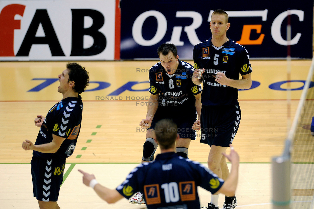27-02-2009 VOLLEYBAL: NESSELANDE - PIET ZOOMERS D: ROTTERDAM<br /> Piet Zoomers wint met 3-2 van Nesselande / Jimmy Prenen, Niels Plinck en Bart Jan van der Mark<br /> &copy;2009-WWW.FOTOHOOGENDOORN.NL