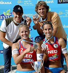 27-08-2006: VOLLEYBAL: NESTEA EUROPEAN CHAMPIONSHIP BEACHVOLLEYBALL: SCHEVENINGEN<br /> Zilver voor Gijs Ronnes, Rebekka Kadijk, Jochem de Gruijter en Merel Mooren<br /> ©2006-WWW.FOTOHOOGENDOORN.NL