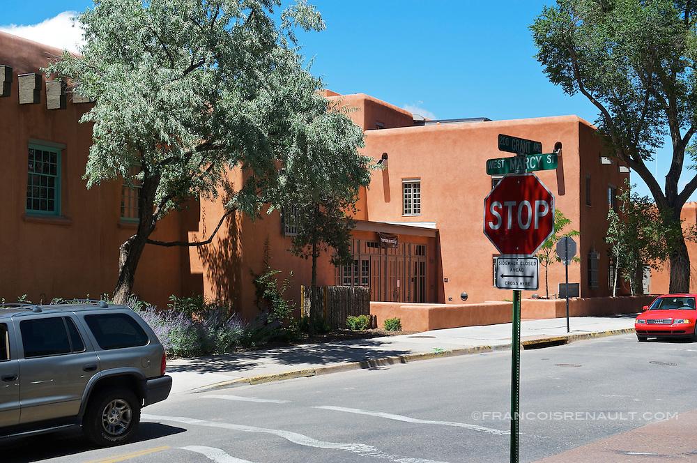 USA, Nouveau Mexique, Santa Fe. Rue dans le centre ville de Santa Fe. Street in the city of Santa Fe.