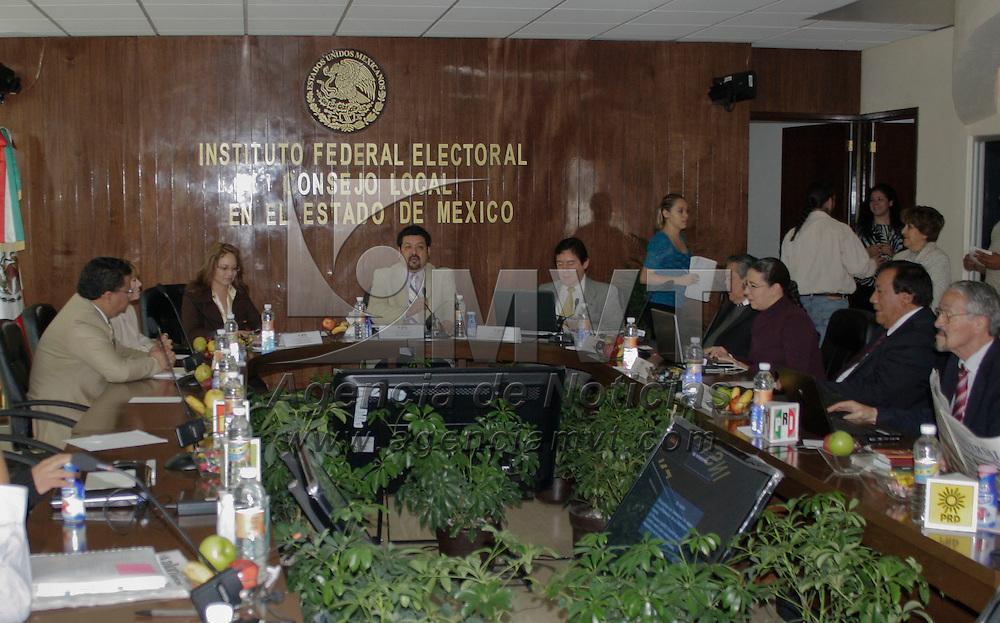 Toluca, México.- La junta local del Instituto Federal Electoral, reportó que el computo electoral concluyó en 18 de los 45 distritos federales de la entidad, el resto sigue en proceso. Agencia MVT / Arturo Hernández S.
