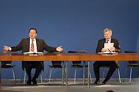 16 OCT 2002, BERLIN/GERMANY:<br /> Gerhard Schroeder, SPD, Bundeskanzler, und Joschka Fischer, B90/Gruene, Bundesaussenminister, vor der Unterzeichnung des Koalitionsvertrages zwischen SPD und Buendnis 90 / Die Gruenen, Neue Nationalgalarie<br /> IMAGE: 20021016-01-003<br /> KEYWORDS: Gerhard Schröder, Unterschrift, Koalitionsvertrag