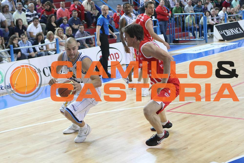 DESCRIZIONE: Cremona  Lega A 2009-10 Vanoli Cremona  Banca Tercas Teramo<br />GIOCATORE: Marko Milic<br />SQUADRA : Vanoli Cremona<br />EVENTO: Campionato Lega A 2009-10<br />GARA:  Vanoli Cremona   Banca Tercas Teramo<br />DATA:  02/05/2010<br />CATEGORIA: Palleggio<br />SPORT: Pallacanestro<br />AUTORE: Agenzia Ciamillo-Castoria/F.Zovadelli<br />GALLERIA: Lega Basket A 2009-2010<br />FOTONOTIZIA: Cremona  Campionato  Italiano Lega A 2009-2010 <br />Vanoli Cremona  Banca Tercas Teramo