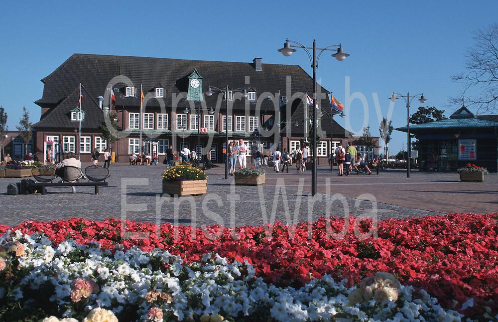 Deutschland, Germany,Schleswig-Holstein, Insel Sylt.Schleswig-Holstein, Insel Sylt.Westerland, Bahnhofsplatz mit Blumen, Bahnhof...Copyright by Ernst Wrba.www.ernstwrba.de.