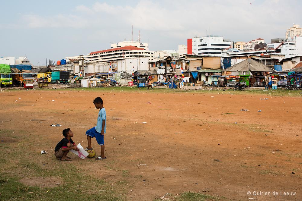 Kinderen spelen op een geïmproviseerd voetbalveld in de wijk Kota, een vervallen buurt in Jakarta.
