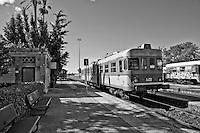 automotrice delle Ferrovie Sud Est in arrivo nella stazione. Reportage che racconta le situazioni che si incontrano durante un viaggio lungo le ferrovie SUD EST nel salento.