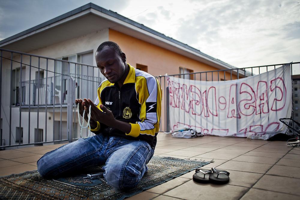 Momento di preghiera sul tetto di una delle palazzine dell'ex moi.