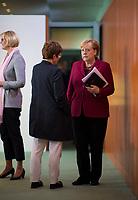 DEU, Deutschland, Germany, Berlin, 09.10.2019: Bundeskanzlerin Dr. Angela Merkel (CDU) im Gespräch mit Bundesverteidigungsministerin Annegret Kramp-Karrenbauer (CDU) vor Beginn der Kabinettsitzung im Bundeskanzleramt.
