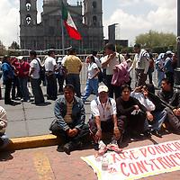 Toluca, Mex.- Maestros del Valle de México, se manifestaron frente a palacio de gobierno para exigir a las autoridades, les sean mejoradas sus condiciones de trabajo en secundarias de los municipios de Ecatepec y Chalco, principalmente. Agencia MVT / Luis Enrique Hernandez V. (DIGITAL)<br /> <br /> <br /> <br /> NO ARCHIVAR - NO ARCHIVE