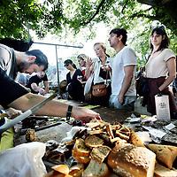 Nederland, Amsterdam , 11 augustus 2012..Kimchi Festival in Buurtboerderij Ons Genoegen in de Spaarndammerbuurt...Tussen 14.00 en 22.00 uur kun je in de liefelijke tuin van Buurtboerderij Ons Genoegen in de Spaarndammerbuurt gratis vertoeven te midden van fanatieke bierbrouwers, chocoladekunstenaars en worstmakers. Al dit lekkers valt er natuurlijk direct te proeven, maar de ambachtelijke types geven ook graag een showtje weg: live boerderijbier brouwen, worsten maken met bier van de brouwers, chocoladeproeverijen..Foto:Jean-Pierre Jans