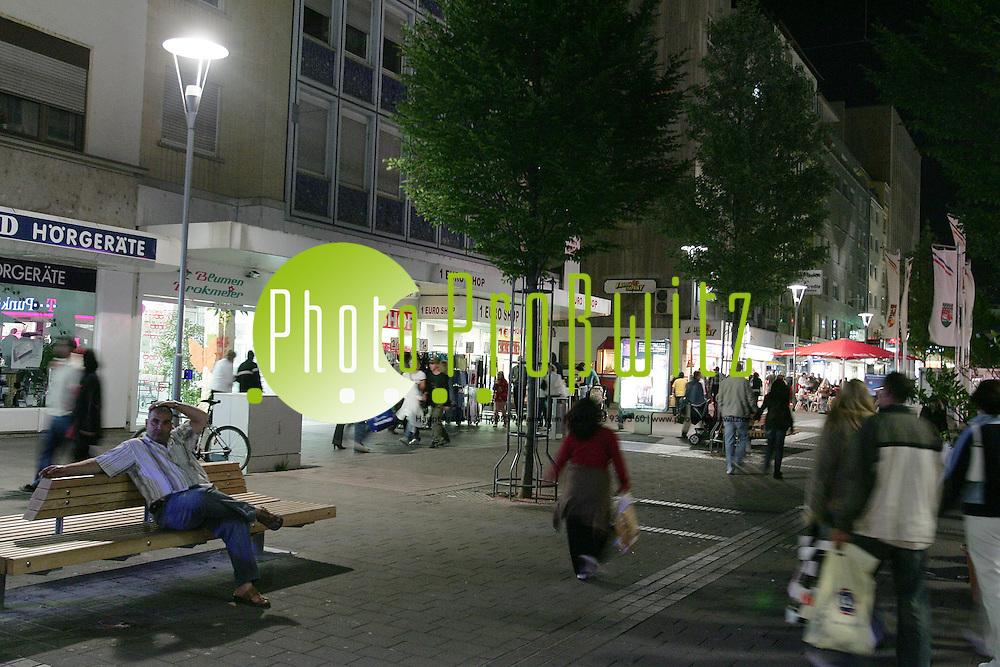Ludwigshafen. Innenstadt. Fu&szlig;g&auml;ngerzone. Die Lange Einkaufsnacht. Einzelne Gesch&auml;fte haben in der Nacht zum Samstag (05.05.07) bis 24 Uhr ge&ouml;ffnet.<br /> <br /> Bild: Markus Pro&szlig;witz<br /> ++++ Archivbilder und weitere Motive finden Sie auch in unserem OnlineArchiv. www.masterpress.org ++++