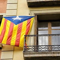 Bandera independentista catalana en una ventana de un edificio en Barcelona, España. Catalunya Independence flag flapping in a window in Barcelona, Spain