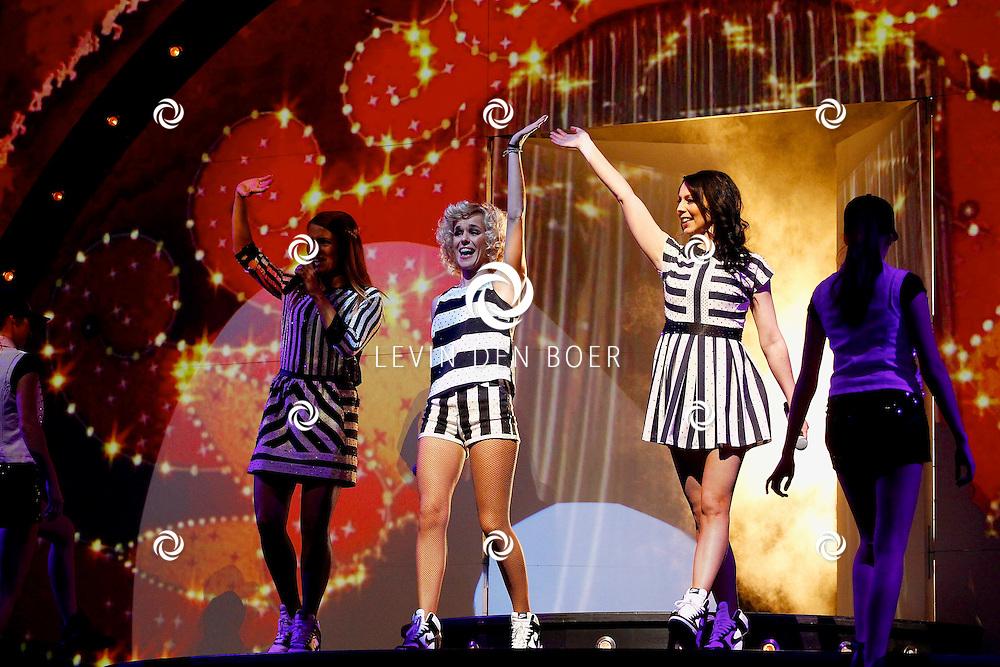 ZWOLLE - In de IJsselhallen te Zwollen presenteerde K3 hun nieuwe show 'De Verjaardagsshow' met op de foto  de K3 zangeressen Karen Damen, Josje Huisman en Kristel Verbeke. FOTO LEVIN DEN BOER - PERSFOTO.NU