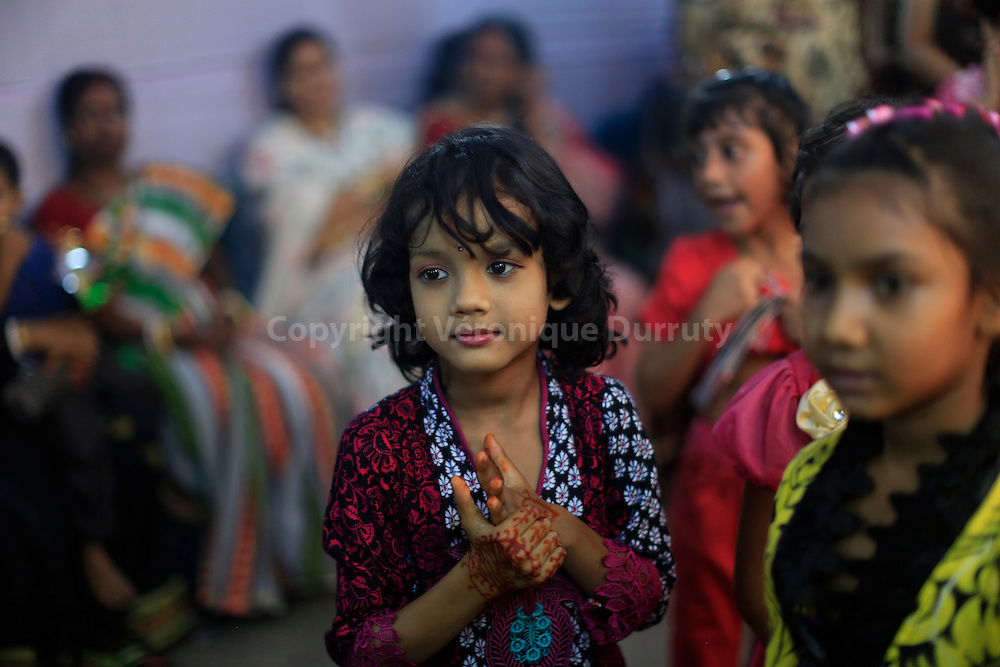 Durga festival,  Rajshahi, Bangladesh : dancing in Durga temple, with a Bollywood music  // fete de Durga, Rajshahi, Bangladesh : danse face à Durga dans le temple, sur des airs de films de Bollywood