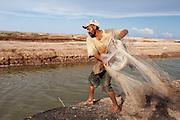 Pescador indígena cucapah. Indiviso, Baja California. 13 de agosto de 2014.. (Foto: Prometeo Lucero.)