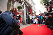 Carice van Houten en Barry Atsma onthullen een tegel met hun handafdruk op de Utrechtse walk of fame aan de Vinkeburgstraat. <br /> <br /> Barry Atsma en Carice van Houten are posing for the photographers. Actors Carice van Houten and Barry Atsma have uncovered their golden tile with their handprint on the walk of fame in Utrecht.