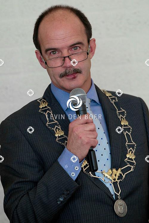 GAMEREN - In dorpshuis Gambora kregen vijf mensen een Koninklijke Onderscheiding. Met hier op de foto  Burgemeester Dhr. A.J. van Hedel, burgemeester Neerijnen. FOTO LEVIN DEN BOER - PERSFOTO.NU