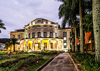 Fachada do Teatro Carlos Gomes ao anoitecer. Blumenau, Santa Catarina, Brasil. / Carlos Gomes Theater facade at dusk. Blumenau, Santa Catarina, Brazil.