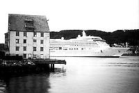 Cruiseskipet Aurora seiler forbi Slinningsbua i Ålesund.<br /> Foto: Svein Ove Ekornesvåg