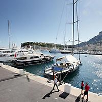 Monaco, 6 augustus 2009. .De haven van Monaco, gelegen in het stadsdeel Condamine, is gekend door de vele superjachten en cruiseschepen die er aangemeerd liggen, het een al luxueuzer dan het andere. De Grand Prix van Monaco begint en eindigt hier ieder jaar..Het staatje Monaco grenst aan Frankrijk en de Middellandse Zee. Monaco heeft een oppervlakte van nog geen 2 km en heeft ongeveer 32. 000 inwoners. Daarmee is Monaco het dichtstbevolkte land ter wereld. Monaco telt twee steden: Monte-Carlo en Monaco-ville, de oude stad..Foto:Jean-Pierre Jans..Monaco, 6th august 2009. The Port of Monaco in the Condamine District, with many very luxurious super yachts, cruise ships and cars. Sailing boats are at anchor.