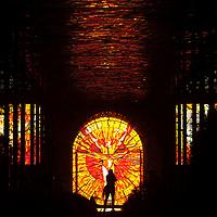TOLUCA, Mexico.- El Jardin Botanico del Cosmovitral recibio el equinoccio de primavera, se ilumino de color naranja y el Hombre Sol prendio en llamas; este gran vitral fue creado por el artista plastico Leopoldo Flores en lo que fuera el mercado 16 de septiembre. Agencia MVT / Mario Vazquez de la Torre.