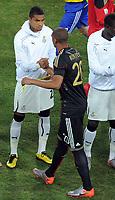 Fotball<br /> VM 2010<br /> Tyskland v Ghana<br /> 23.06.2010<br /> Foto: Witters/Digitalsport<br /> NORWAY ONLY<br /> <br /> v.l. Kevin-Prince Boateng, Jerome Boateng (Deutschland), Shake Hands vor Spielbeginn<br /> Fussball WM 2010 in Suedafrika, Vorrunde, Ghana - Deutschland