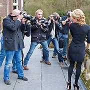 NLD/Baarn/20110124 - Perspresentatie Wie Kiest Tatjana, Tatjana Simic omringd door fotografen