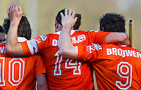 BLOEMENDAAL - Vreugde bij Bloemendaal nadat Teun de Nooijer (M) de stand op 1-0 heeft gebracht, ,zondag tijdens de competitie wedstrijd hockey bij de mannen tussen Bloemendaal en Amsterdam (3-1). links Roel Bovendeert, rechts Ronald Brouwer.  COPYRIGHT KOEN SUYK
