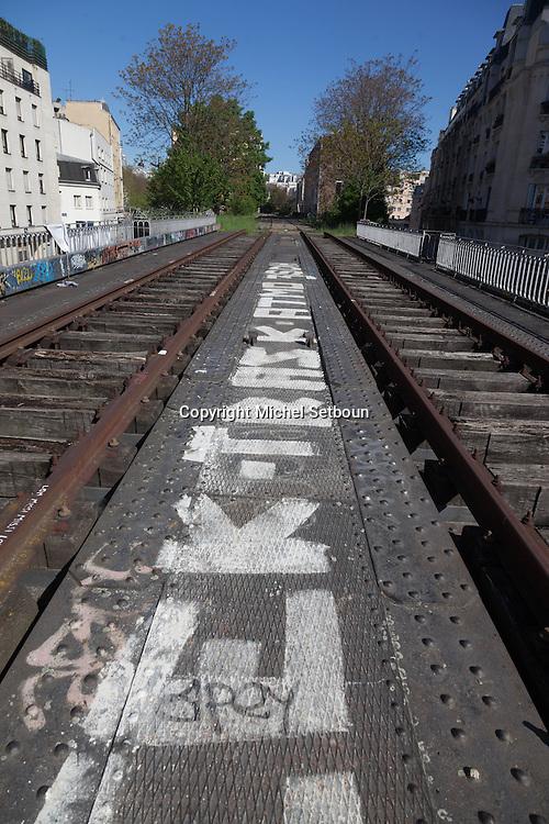 Paris 20th district, the petite ceinture, the former train line / la petite ceinture, l'ancienne voie de chemin de fer qui faisait le tour de Paris. dans le 20 em arrondissement