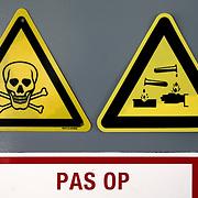 Nederland Dordrecht 24 september 2008 20080924 Foto: David Rozing ..Serie veiligheidsinspectie VROM verfbedrijven Dordrecht, bordje met waarschuwing gevaarlijk stoffen op deur van loods / opslagplaats..Foto David Rozing/