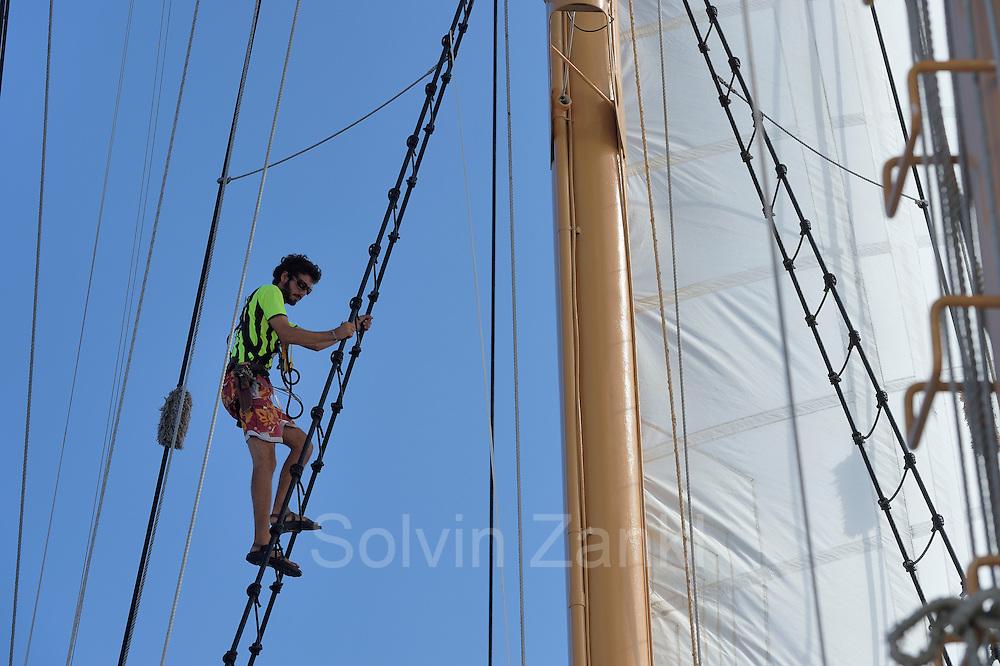Sargasso Sea, Bermuda | 3rd Mate - Andrew Pape kontrolliert die beweglichen Teile am Mast und an den Segeln. Der Forschungssegler Corwith Cramer durchquert im April 2014 die Sargasso See von Puerto Rico kommend bis zu den Bermuda Inseln.