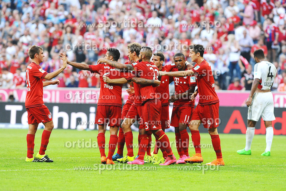 29.08.2015, Allianz Arena, Muenchen, GER, 1. FBL, FC Bayern Muenchen vs Bayer 04 Leverkusen, 3. Runde, im Bild Freude bei Bayern Muenchen nach dem 2:0 durch Thomas Mueller (FC Bayern Muenchen), links Philipp Lahm (FC Bayern Muenchen) // during the German Bundesliga 3rd round match between FC Bayern Munich and Bayer 04 Leverkusen at the Allianz Arena in Muenchen, Germany on 2015/08/29. EXPA Pictures &copy; 2015, PhotoCredit: EXPA/ Eibner-Pressefoto/ Stuetzle<br /> <br /> *****ATTENTION - OUT of GER*****