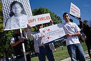 """Manifestantes portan la frase """"Unifiquemos familias"""" y """"La ciudadanía es un valor estadounidense"""".  El 5 de octubre, 2013, en el marco del Día de Acción Nacional para la Reforma Migratoria, centenares de personas se manifestaron en la ciudad de Denver, Colorado, para exigir la aprobación de una reforma migratoria que incluya un mecanismo de nacionalización para los inmigrantes residentes en EEUU.  El miércoles, 2 de octubre, congresistas de la Cámara de Representantes introdujeron el proyecto de ley H.R. 15. Photo: Graham Charles Hunt/IMAGENES LIBRES."""