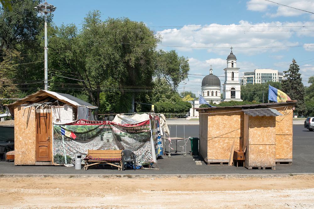 Deux campements sont installés au centre ville. À quelques mètres de distance l'un de l'autre. Les militants exigent la démission du parlement et du procureur général et de prendre des mesures anti-corruption dans le pays.