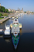 Blick über die Elbe auf barocke Altstadt, historische Kulisse, Schiffe Weiße Flotte, Dresden, Sachsen, Deutschland.|.Dresden, Germany, View on river Elbe and historic city of Dresden, Dresden
