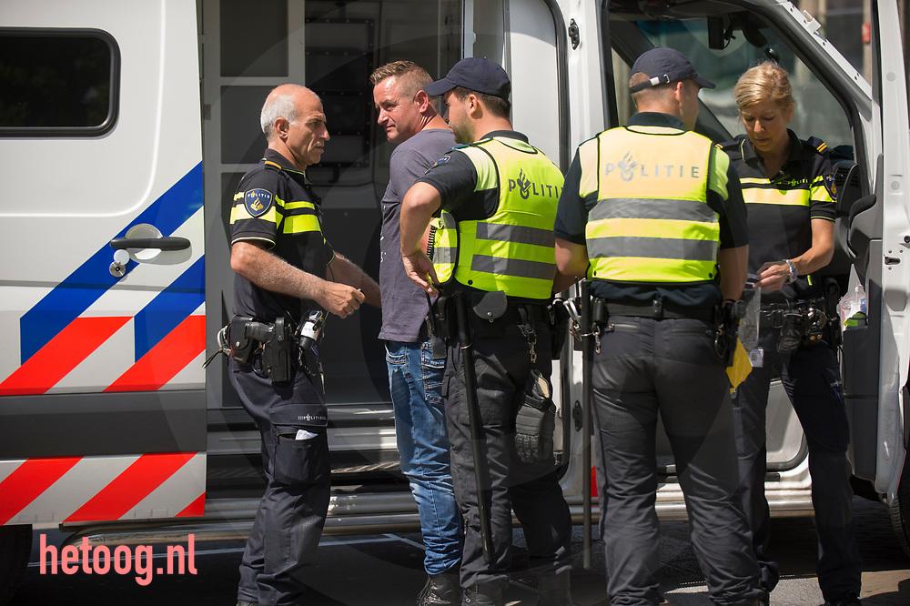 Nederland, Enschede 18juni2017 Om het verbod om te demonstreren af te dwingen was de binnenstad van Enschede zondag 18 juni het domein van de politie. Hier op Enschede centraal station werden alle inkomende treinen strak in de gaten gehouden. iedereen die er 'verdacht' uit zag werd aangesproken. Er gold een samenscholingsverbod en mensen werden (preventief) gefouilleerd. Er werden arrestaties verricht en mensen werden terug gestuurd naar waar zij vandaan kwamen. Pegida demonstreerde ondertussen in Hengelo(o) waar geen demonstratie verbod van kracht was.