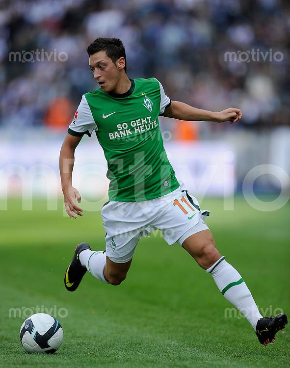 Fussball Bundesliga Saison 2009/2010 Hertha BSC Berlin - SV Werder Bremen Mesut OEZIL (Bremen).