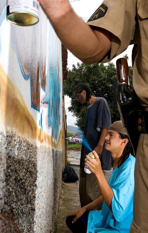Belo Horizonte_MG, Brasil..Participante do Projeto Juventude e Policia, policial ministra oficina de grafite...The participant of the Youth an Police (Juventude e Policia) project, He gives the graffiti workshop. ..Foto: BRUNO MAGALHAES / NITRO
