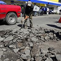 Toluca, México.- Trabajadores de la Junta Local de Caminos realizan trabajos de bacheo en Paseo Vicente Lombardo Tolodedano, la cual ya se encontraba en muy mal estado lo que provocaba el malestar de la población en general.  Agencia MVT / Crisanta Espinosa.