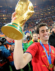 11.07.2010, Soccer-City-Stadion, Johannesburg, RSA, FIFA WM 2010, Finale, Niederlande (NED) vs Spanien (ESP) im Bild Alvaro Arbeloa zeigt den WM Pokal in die Kamera, EXPA Pictures © 2010, PhotoCredit: EXPA/ InsideFoto/ Perottino *** ATTENTION *** FOR AUSTRIA AND SLOVENIA USE ONLY! / SPORTIDA PHOTO AGENCY